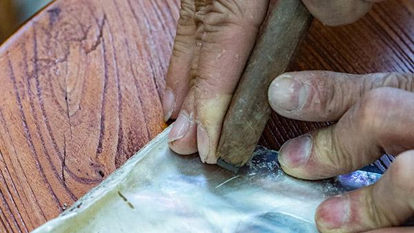 傳統使用刻刀來刻出所要的部件