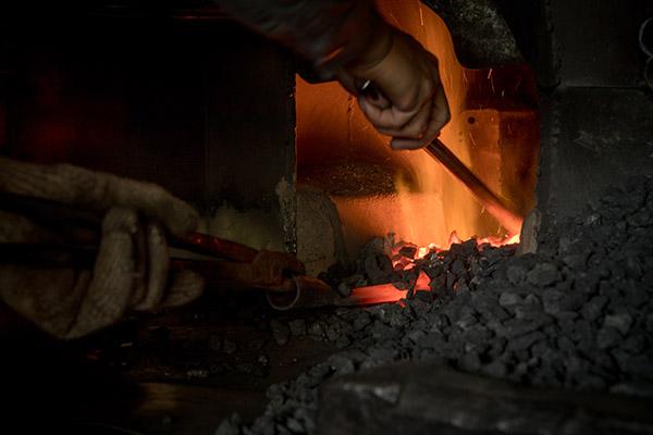 打鐵需要目測掌握爐火的火侯